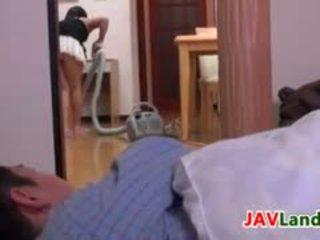Japans huisvrouw pleasuring haar echtgenoot