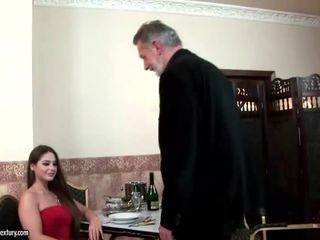 Cathy heaven enjoys секс с стар мъж