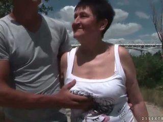 Vollbusig großmutter ficken sie jung boyfriend draußen