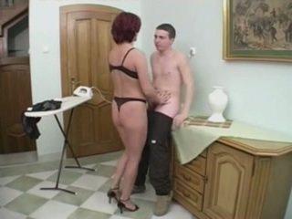 Rossa milf gets anale da un giovane uomo su il stairs
