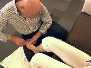 老 男人 吸吮 腳趾 和 他媽的 青少年 cutie