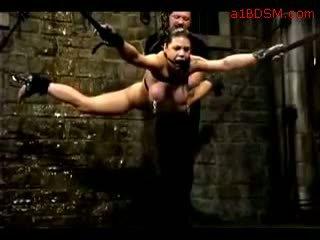 Dievča hanging v bandážovanie nipple weights getting ju pička fingered tortured s voda podľa majster v the temnica