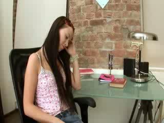 Evelina model pejabat keseronokan pada yang kerusi