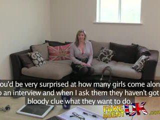Fakeagentuk brit 女孩 gets spanked, fingered 和 性交 上 铸件 榻