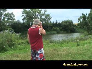 爷爷 gets 幸运 同 一 金发 孩儿 在 该 公 park