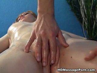 युवा ब्लोंड गर्ल massaged और गड़बड़