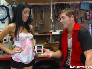 Slutty বালিকা চোদা তার mechanic