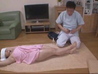 ปิดตา เมีย molested โดย โรงแรม masseur