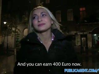 Publicagent sexy blond med firma rumpe swallows sæd