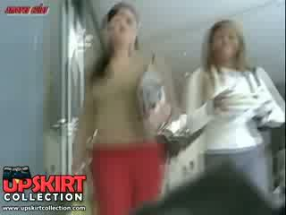 ال جينز حار pants من ال جميل أحمر color are beautifully wrapping لها بعقب cheeks