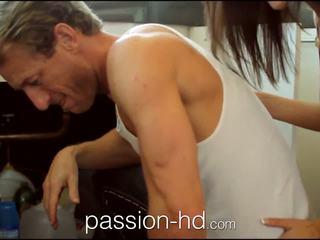 Passion-hd plumber lays lui pipe în excitat adolescenta fata