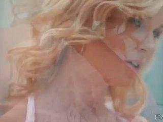 Blond mieze laura kristall masturbates