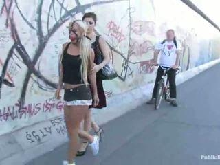 Blondynka miód carla waking w dół the ulica związanie w górę
