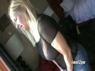 Tabitha wetting viņai apakšbiksītes
