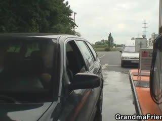 奶奶 是 picked 向上 和 性交 在 該 fields