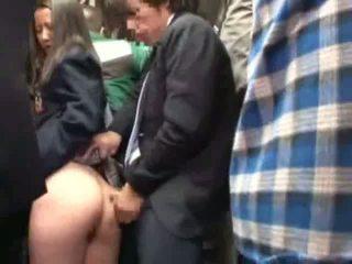 Školačka tápal podle stranger v a crowded autobus
