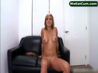 Kennedy leigh играя с puss