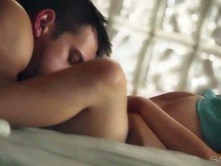 Superb female cami cole निर्मित प्यार onto एक सोफा