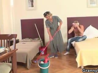Madura housemaid gets su coño filled con polla