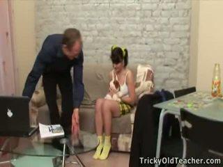 Καυλωμένος/η γριά δάσκαλος seducing ο εφηβική virgin γκόμενα.