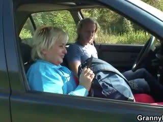Vecmāmiņa getting pounded uz the automašīna
