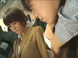 Публічний perverts harass японська schoolgirls на a потяг