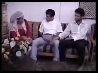 Arabiska hemmafru körd med two guys. video-