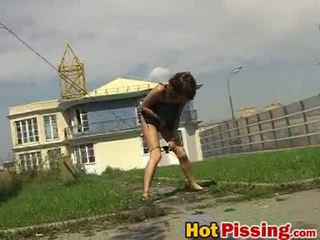 Dissolute ชอบโชว์ ผู้หญิงสำส่อน pees ข้างใน the เปิด อากาศ