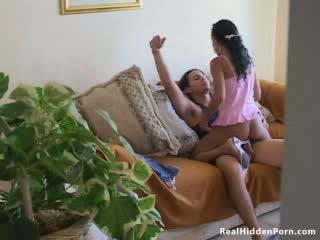 Latin dukke amatør fucks henne boyfriend og fanget av den nanny