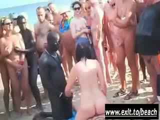 Interrazziale festa su il nuda spiaggia video