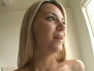 Seksikäs blondi ashlynn brooke receives a warm spray of jizz