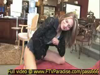 Brittni niesamowite splendid blondynka dziewczyna w a antyk sklep