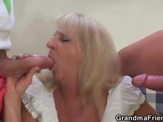Blond besta i hot trekant orgie
