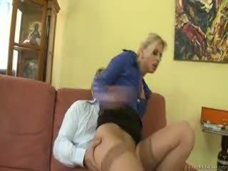 Kuuma blondi jessie volt rides vanha guy päällä sohvalla ja eats kumulat