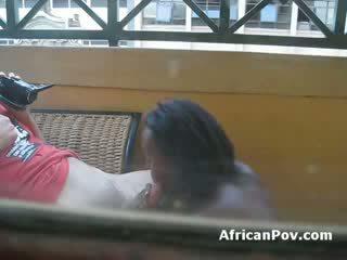 Africana gaja gives branca turista apertada broche till ele cums