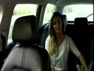 Groot boezem brunette amateur bangs in taxi