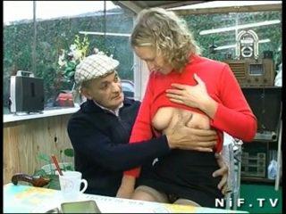 Prancūziškas blondinė sunkus pakliuvom į seksas tryse su papy vujaristas