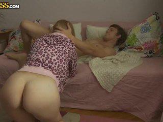 Молодий білявка краля pounded по її boyfriend