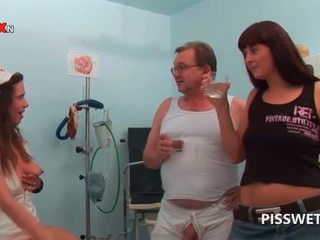 Gynecologist و له ممرضة الشرب كل آخرون حار piss