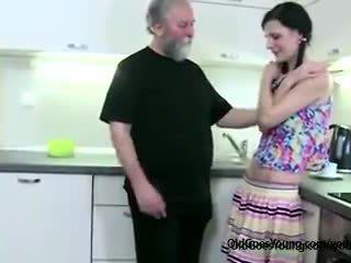뿔의 호리 호리한 소녀 lets 늙은 사람 유혹 그녀의, 그때 성난 boyfriend joins getting 입