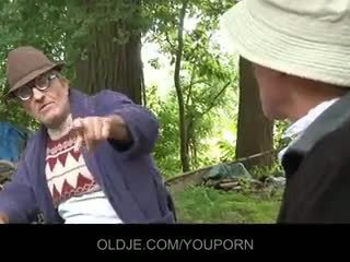 I vjetër farts pleasing i eksituar zoçkë në the woods