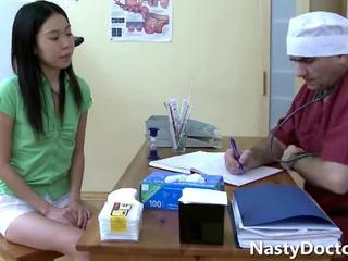 老 gynecologist 和 一 可愛 亞洲人 青少年