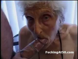 Senile wrinkled bà nội gives blowjob và là fucked lược qua deviant freak