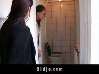 Oldje: 若い ティーン tries 彼女の 最初の 古い 男
