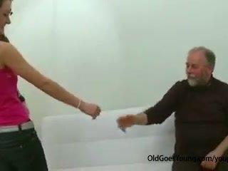 Slim tenåring jente knullet av gammel mann runking av henne boyfriend og having sæd løpet henne pupper