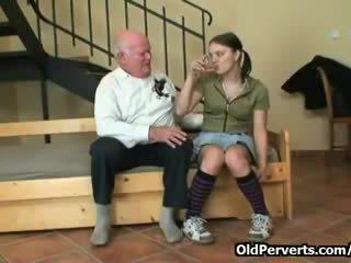 sie brünette, spaß schlucken, voll alte männer