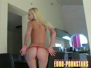 Gitta 金發 acquires 裸體 和 rubs 她的 soaked 屄
