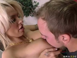 Ribald milf holly halston pleases une entreprise bite en wagerween son géant meat bags