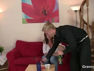 Drunken femeie este picked în sus și inpulit