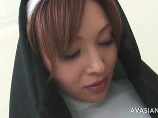 Gražu azijietiškas vienuolė gets gangbanged